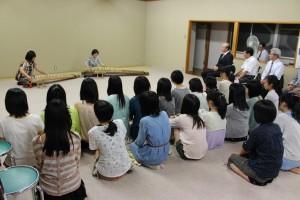 同窓会贈呈の十七絃箏(右)のお披露目演奏